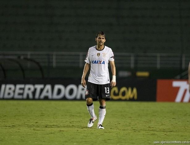 28.02.2013 - Paulo André, zagueiro do Corinthians, caminha no Pacaembu durante a partida contra o Millonarios, pela Libertadores
