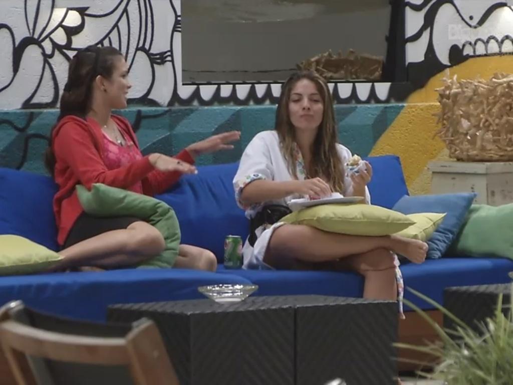 28.fev.2013 - Anamara e Kamilla conversam sobre a vida de miss