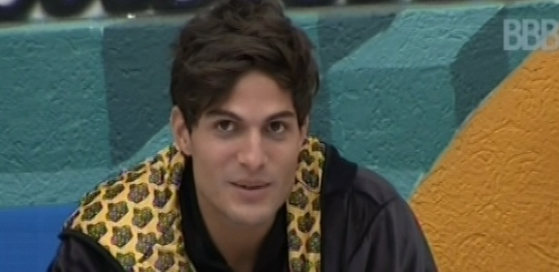 28.fev.2013 - André conversa com Nasser do lado de fora da casa sobre a sua volta com Fernanda