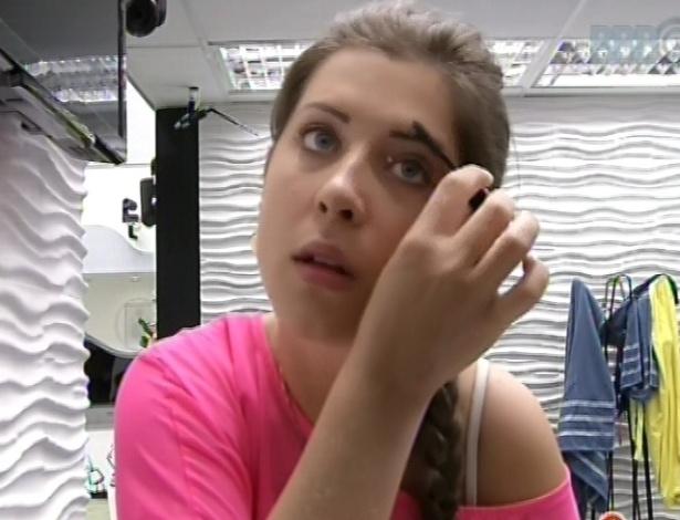 28.fev.2013 - Andressa, uma das poucas acordadas na casa, se maquia e penteia a sobranecelha