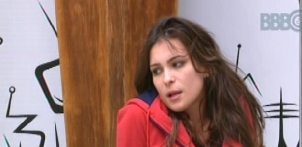 28.fev.2013 - Após toque de despertar, Kamilla senta no chão de sala e conversa sobre animais de estimação com Fani