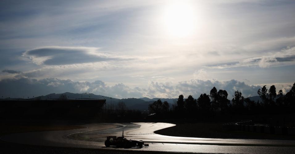 28.fev.2013 - Com pista molhada, Felipe Massa pilota sua Ferrari pelo circuito de Barcelona durante testes coletivos