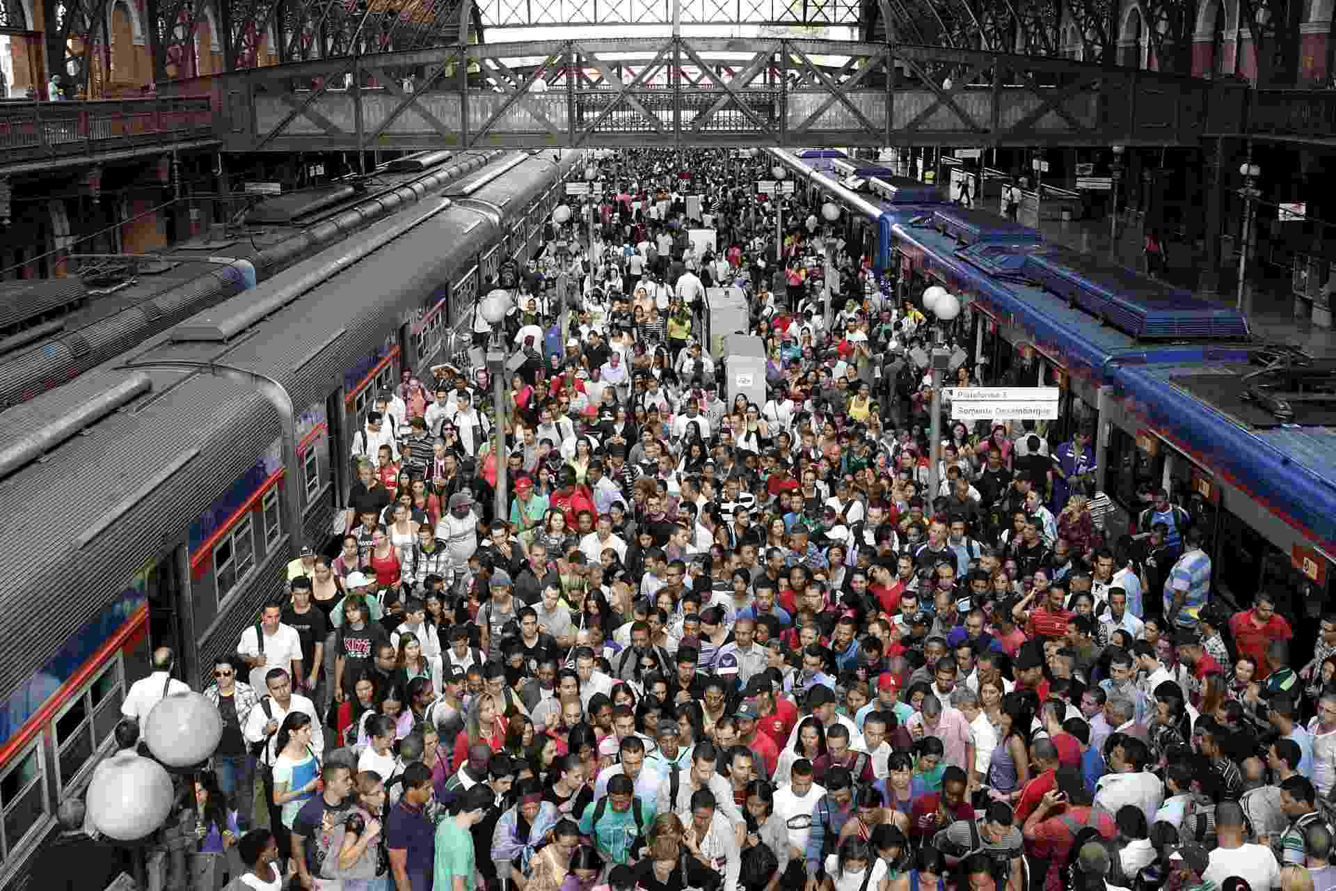28.fev.2013 - Estação Luz do metrô de São Paulo lotada no início da manhã desta quinta-feira (28), após falha que obrigou os trens a circularem com velocidade reduzida - Marcelo Alves/ASI/Agência O Globo.