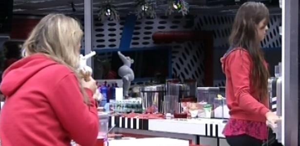 28.fev.2013 - Fani também acorda com fome e se junta a Kamilla na cozinha