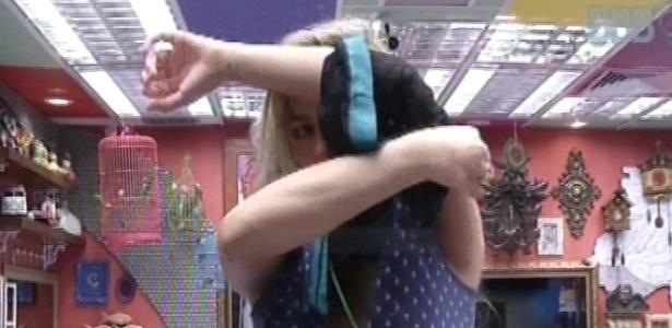 28.fev.2013 - Fernanda tenta tirar a camisola e fica só com o pijama de bolinhas