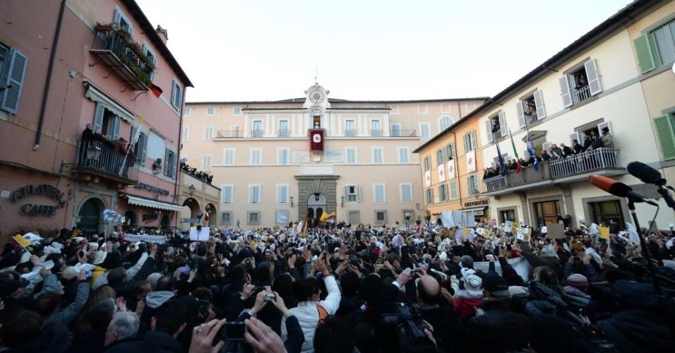 28.fev.2013 - Fiéis se aglomeram em frente à residência pontifícia de Castel Gandolfo, cidade ao sul de Roma, para ouvir o papa Bento 16 (fundo, ao centro) pela última vez