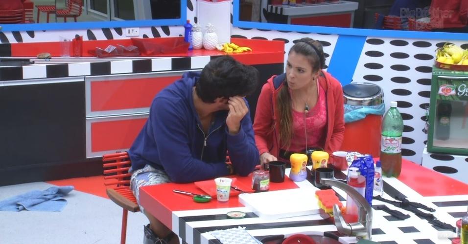 28.fev.2013 - Kamilla e Marcello conversam sobre porcentagem de votos em Eliéser