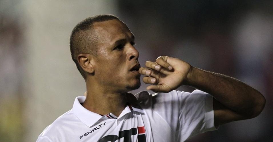 28.fev.2013 - Luis Fabiano beija a aliança e comemora o segundo gol do São Paulo contra o The Strongest