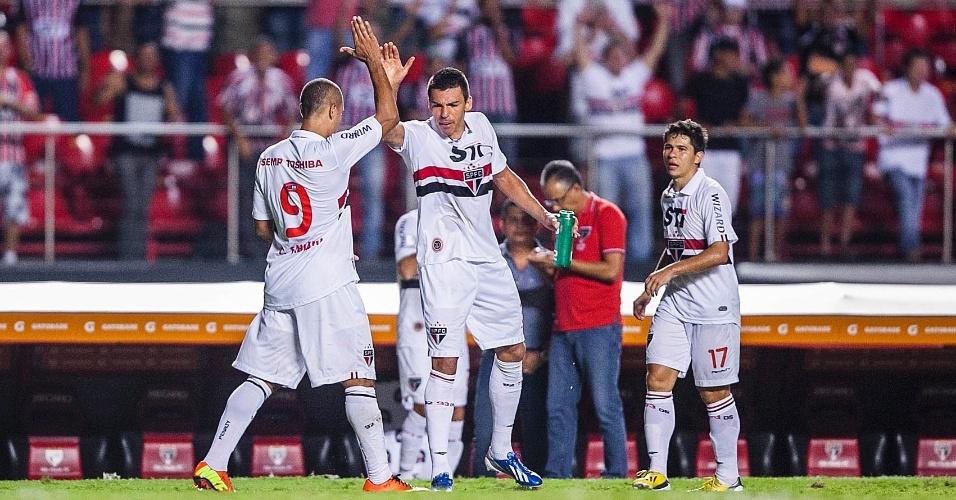 28.fev.2013 - Luis Fabiano é cumprimentado por Lúcio após marcar o segundo gol do São Paulo na vitória sobre o The Strongest