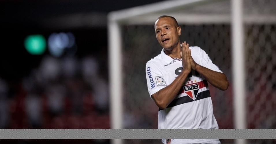 28.fev.2013 - Luis Fabiano lamenta chance desperdiçada no confronto contra o The Strongest, no Morumbi