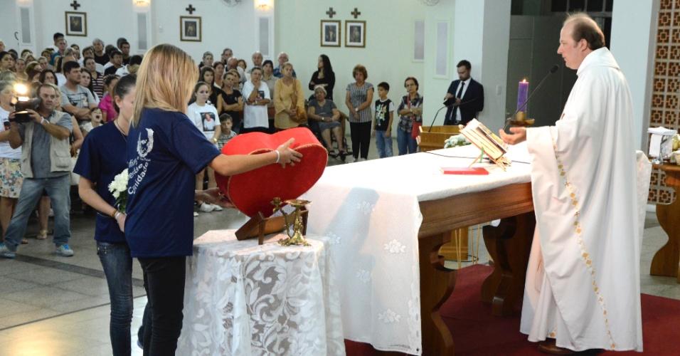 28.fev.2013 - Missa celebrada na igreja Nossa Senhora de Fátima, em Santa Maria (RS), lembra a tragédia que deixou 239 mortos na boate Kiss há um mês