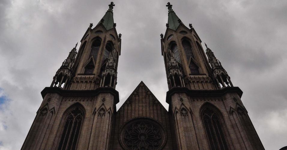 28.fev.2013 - Nuvens de chuva escurecem a região da Catedral da Sé, região central de São Paulo, nesta quinta-feira (28)