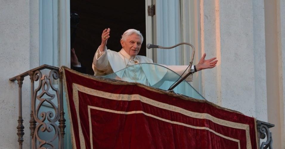 28.fev.2013 - Papa Bento 16 acena a fiéis ao chegar na sacada da residência pontifícia de Castel Gandolfo, perto de Roma. O papa disse ser