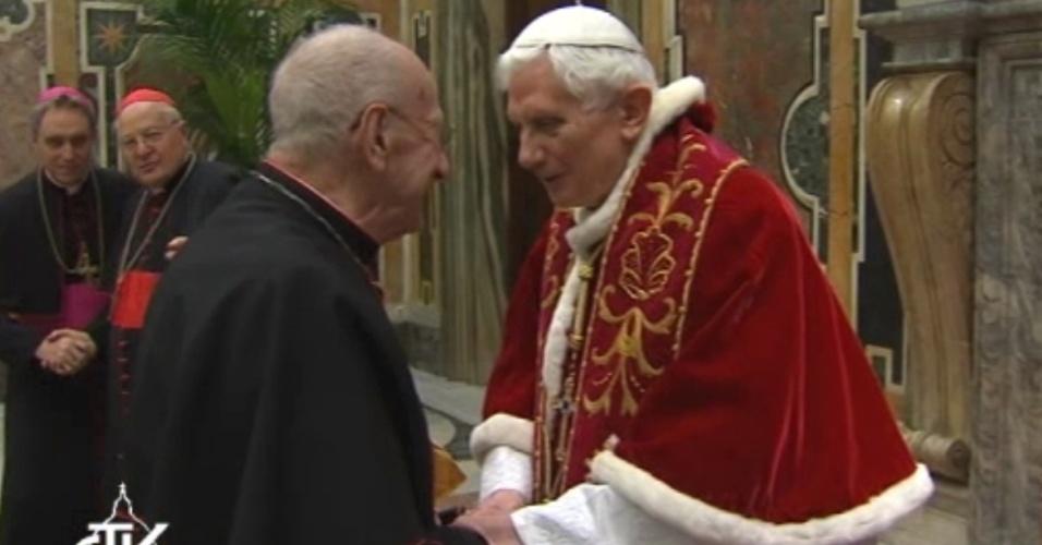 28.fev.2013 - Papa Bento 16 (direita) cumprimenta cardeais, um dia após seu último sermão, no Vaticano. Nesta quinta-feira (28), último dia de seu pontificado, o papa pediu à Igreja Católica que se una em torno do seu sucessor, a quem prometeu obediência