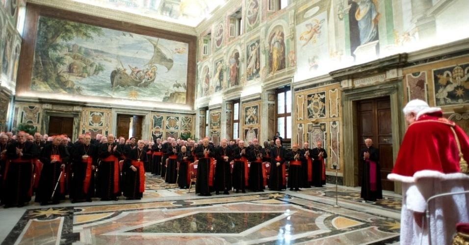 28.fev.2013 - Papa Bento 16 (direita) fala a cardeais no Salão Clementino do Vaticano, nesta quinta-feira (28). No último dia de seu pontificado, o Sumo Pontífice pediu à Igreja Católica que se una em torno do seu sucessor, a quem prometeu obediência