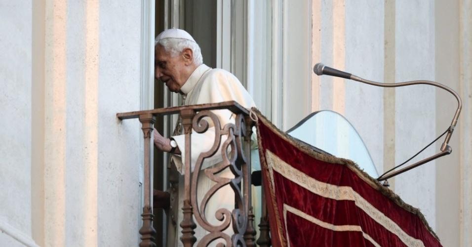 28.fev.2013 - Papa Bento 16 sai da sacada da residência pontifícia em Castel Gandolfo, ao sul de Roma, após discursar a fiéis pela última vez como líder da Igreja Católica