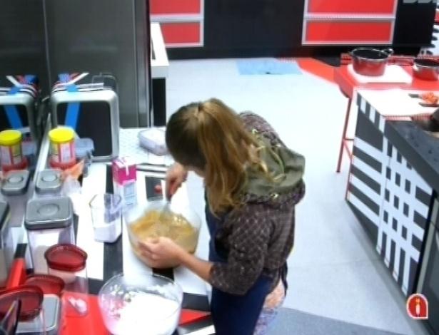 28.fev.2013 - Sozinha na cozinha da casa grande, Natália faz bolo de capuccino