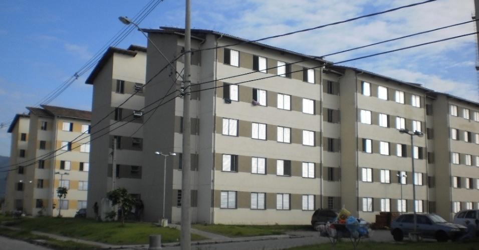28.fev.2013 - Vista do conjunto habitacional Imigrantes II, erguido pela prefeitura de Cubatão, que teve 173 apartamentos invadidos por famílias desalojadas pelo temporal que atingiu a cidade paulista no fim de semana