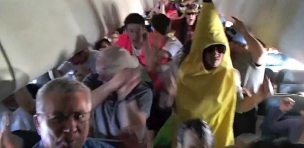 Estudante da Faculdade do Colorado vestido de ''banana'' dança Harlem Shake em voo nos EUA
