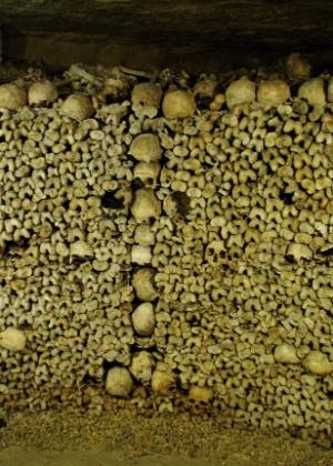 """Conhecida como """"Les Catacombes"""" essa galeria subterrânea reúne ossadas de parisienses - Divulgação"""
