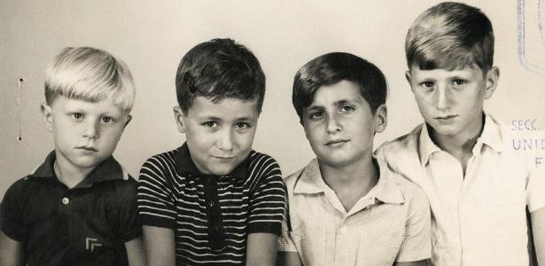 Em 1969, Gustavo Germano (à esq.) e seus três irmãos posaram para este retrato de família na Argentina - Gustavo Germano