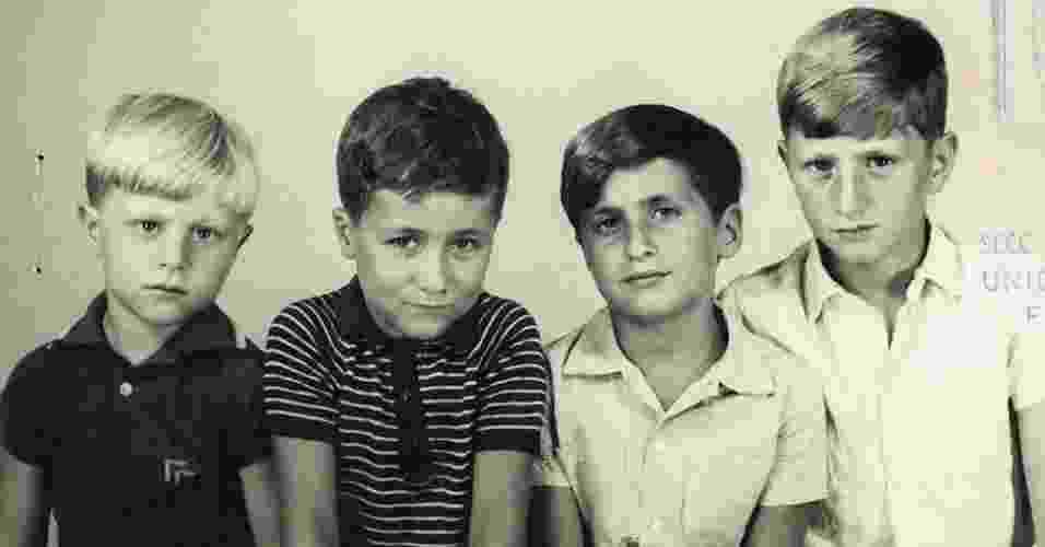 """Em 1969, Gustavo Germano (à esq.) e seus três irmãos posaram para este retrato de família na Argentina. Vários anos depois, eles acabariam sendo vítimas da chamada """"Guerra Suja"""" do país, na qual cerca de 30 mil pessoas foram sequestradas, torturadas ou mortas pelos governantes militares do país, que tomaram o poder em um golpe em 1976. Muitos dos que foram capturados passaram a ser conhecidos como """"desaparecidos"""" e seus restos mortais nunca foram encontrados - Gustavo Germano"""