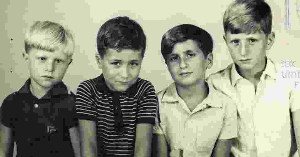 Em 1969, Gustavo Germano (à esq.) e seus três irmãos posaram para este retrato de família na Argentina. Vários anos depois, eles acabariam sendo vítimas da chamada ''Guerra Suja'' do país, na qual cerca de 30 mil pessoas foram sequestradas, torturadas ou mortas pelos governantes militares do país, que tomaram o poder em um golpe em 1976. Muitos dos que foram capturados passaram a ser conhecidos como ''desaparecidos'' e seus restos mortais nunca foram encontrados - Gustavo Germano