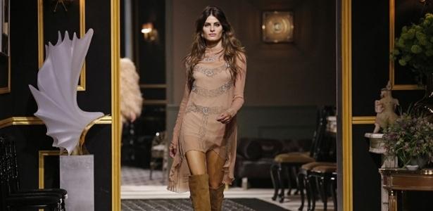 Isabeli Fontana desfila para a rede de fast fashion H&M durante a semana de moda de Paris - Benoit Tessier/Reuters