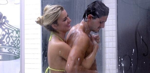 Fernanda e André tomam banho juntos no quarto do líder