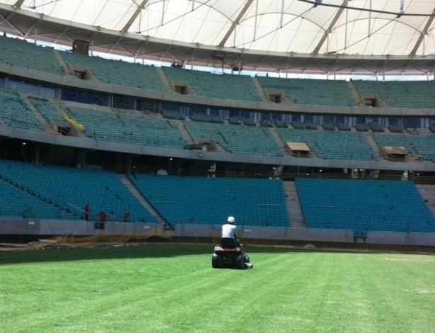 Funcionário faz o primeiro corte do gramado da Arena Fonte Nova