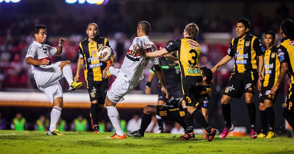 Jadson e Luis Fabiano tentam o domínio da bola dentro da grande área do The Strongest, durante jogo válido pela Libertadores