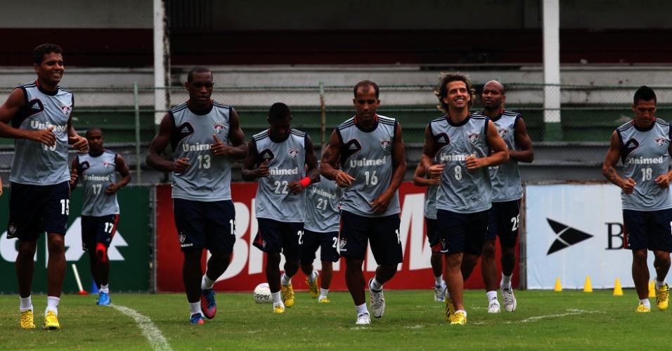 Jogadores reservas do Fluminense correm nas Laranjeiras antes de treinamento com bola