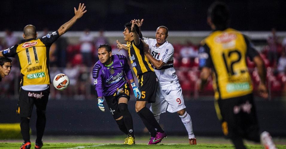 Luis Fabiano briga pela bola dentro da área do The Strongest, mas goleiro rival leva vantagem