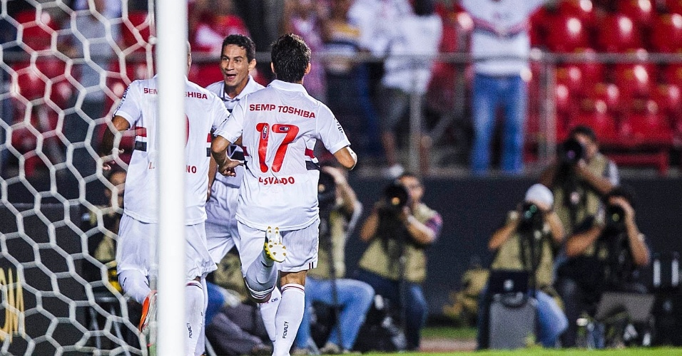 Luis Fabiano comemora com Osvaldo e Ganso o segundo gol do São Paulo contra o The Strongest