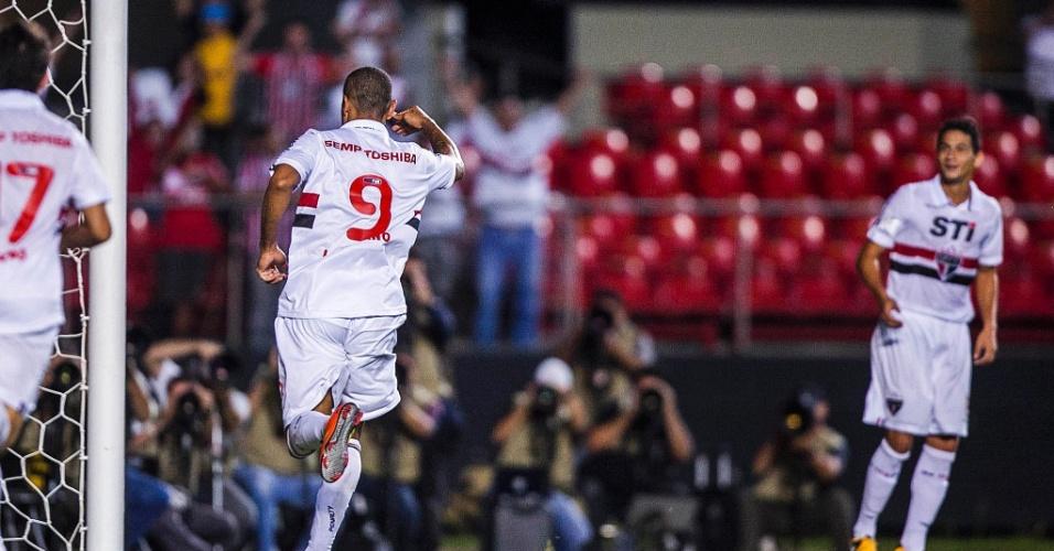 Luis Fabiano corre para abraçar Ganso e comemorar o gol da vitória do São Paulo sobre os bolivianos do The Strongest