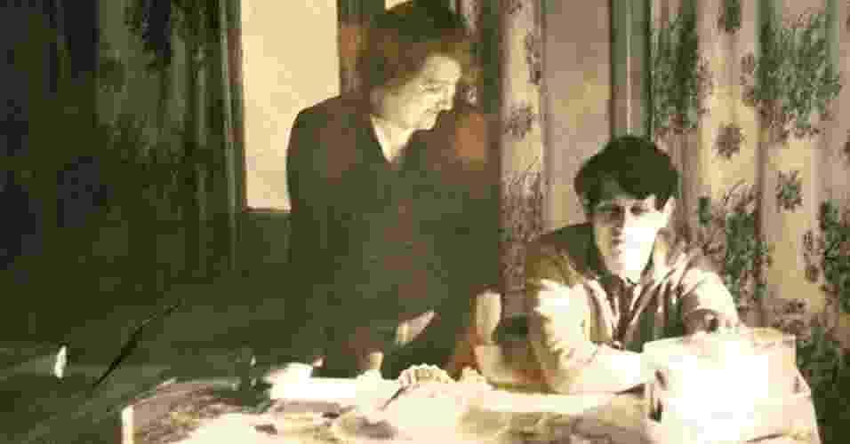 Nesta foto de família, Clara Alkterman olha com orgulho para seu filho Claudio Marcelo Fink, um argentino que estava estudando engenharia eletromagnética na Universidade Tecnológica Federal do Paraná (UTFPR) - Gustavo Germano
