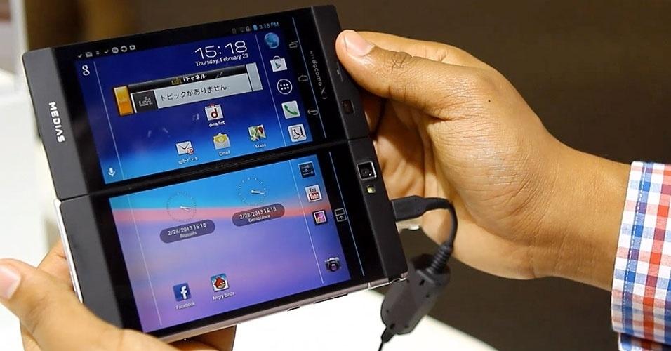O diferencial desse aparelho da Nec é o fato de ele ter duas telas LCD. Fechado, o Medias W N-05E tem 4,3 polegadas. Aberto, fica com 5,6 polegadas (ele fica um pouco atrás do maior smartphone do mundo, o Ascend Mate da Huawei, com tela de 6,1 polegadas). Ele permite utilizar simultaneamente as duas telas para tarefas diferentes. A novidade tem câmera de 8 megapixels, processador dual-core e roda sistema operacional Android 4.1. Será lançado em abril, no Japão, por preço ainda não divulgado
