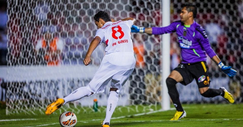 Paulo Henrique Ganso cruza bola para dentro da pequena área do The Strongest, da Bolívia, em partida no Morumbi