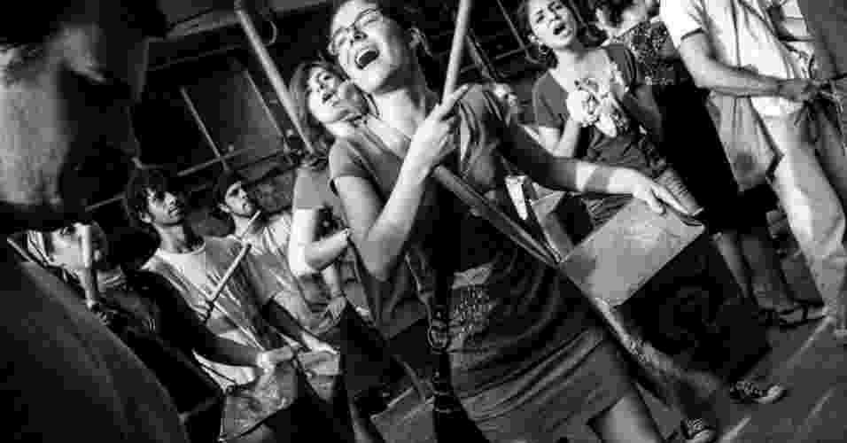 01.mar.2013 - Alunos da USP hostilizaram feministas durante trote na última terça-feira (26) em São Carlos. Alguns estudantes chegaram a ficar pelados e simularam sexo com bonecas infláveis - Divulgação/Frente Feminista