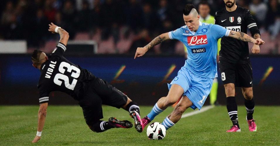 01.mar.2013 - Marek Hamsik (dir), do Napoli, dribla Arturo Vidal, da Juventus, durante partida pelo Campeonato Italiano