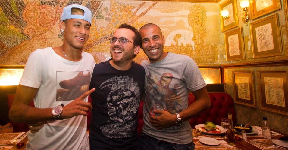 01.mar.2013 - Neymar e Emerson posam para foto ao lado de Isaac Azar, dono do Paris 6