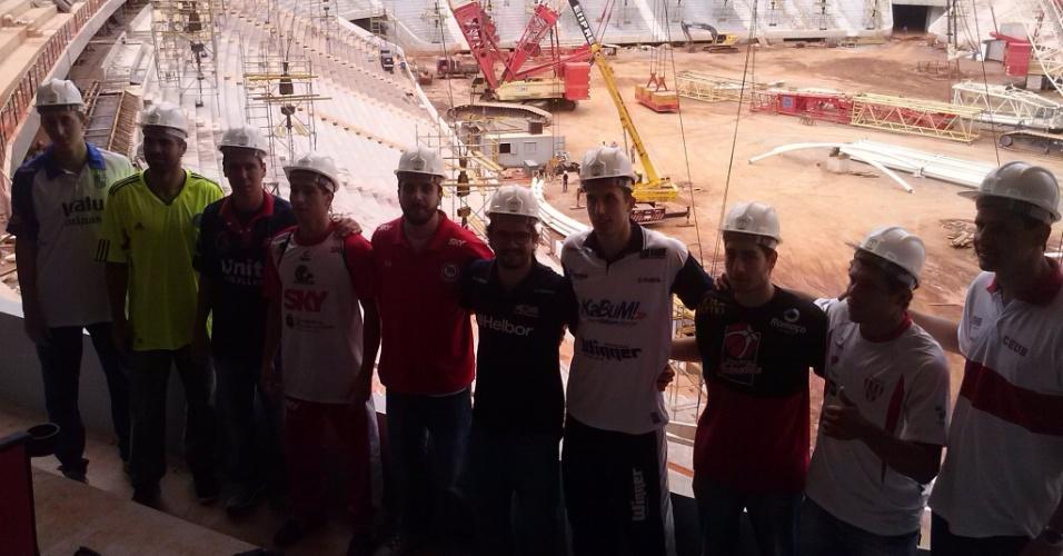 1º de março de 2013 - Jogadores do NBB posam para foto no Estádio Nacional Mané Garrincha na véspera do Jogo das Estrelas da modalidade