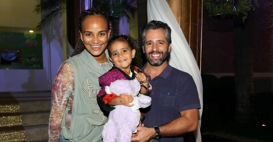 1.ma0r.2013 - Luciana Mello prestigiou a festa de aniversário de Maria Eduarda, filha de Eduardo Guedes, em São Paulo. Luciana estava acompanhada do marido, Ike, e da filha, Nina