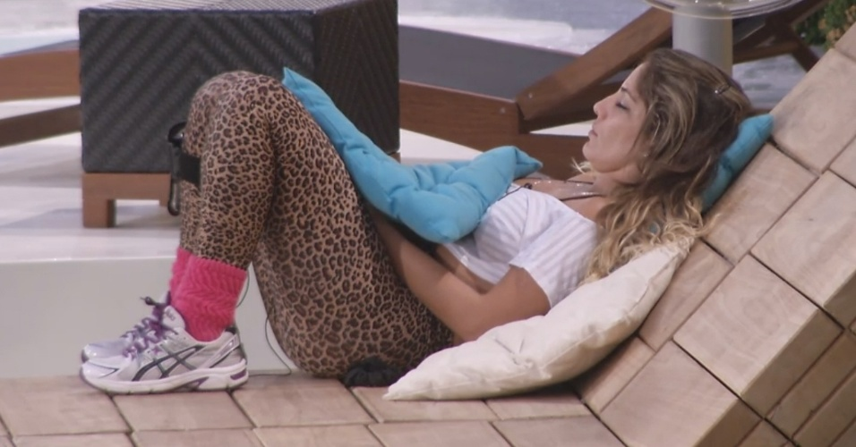 1º.mar.2013 - Anamara dorme ao lado do Big Fone