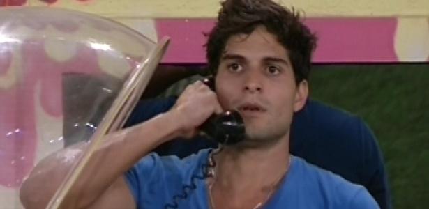 1º.mar.2013 - André atende ao Big Fone e indica Marcello para o paredão