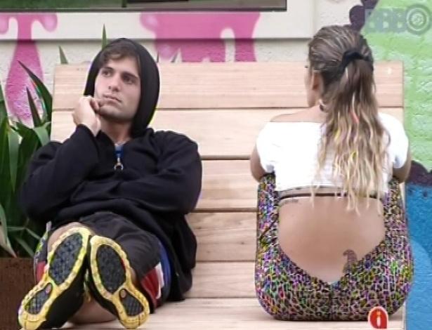 1°.mar.2013 - André e Anamara conversam do lado de fora da casa sobre prova do líder