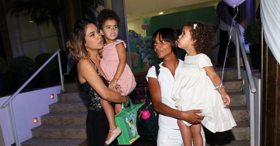 1.mar.2013 - Bia Anotny prestigiou a festa de aniversário de Maria Eduarda, filha de Eduardo Guedes, em São Paulo. Bia estava acompanhada das filhas Maria Sophia e Maria Alice