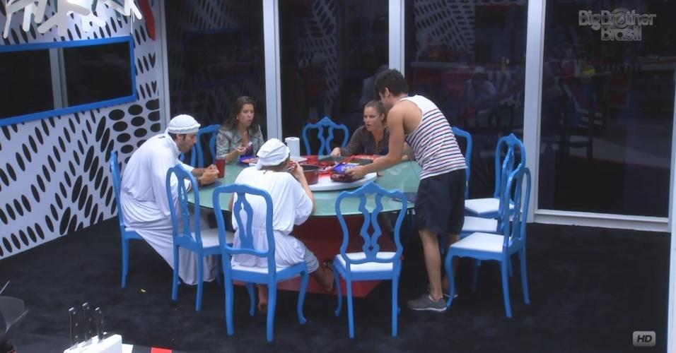 1º.mar.2013 - Brothers da casa-grande almoçam juntos