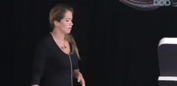 1°.mar.2013 - Fani fica brava por ser eliminada da prova do anjo