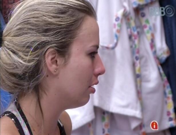 1º.mar.2013 - Fernanda chora ao conversar com Andressa